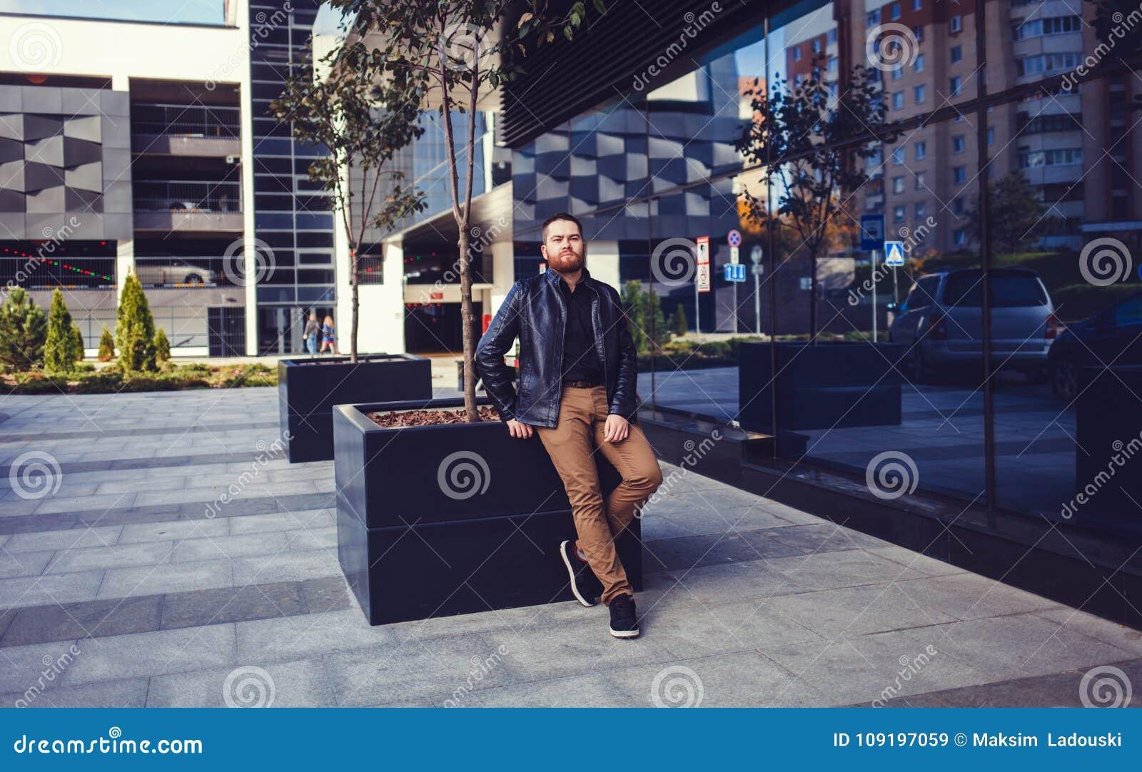 Hombre con una barba en una chaqueta de cuero