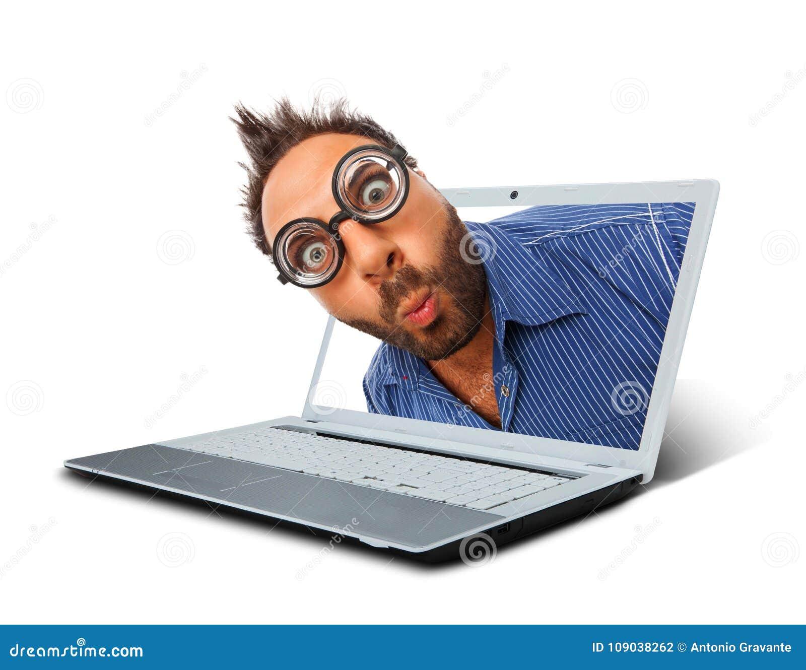 Hombre con una expresión sorprendida en el ordenador portátil