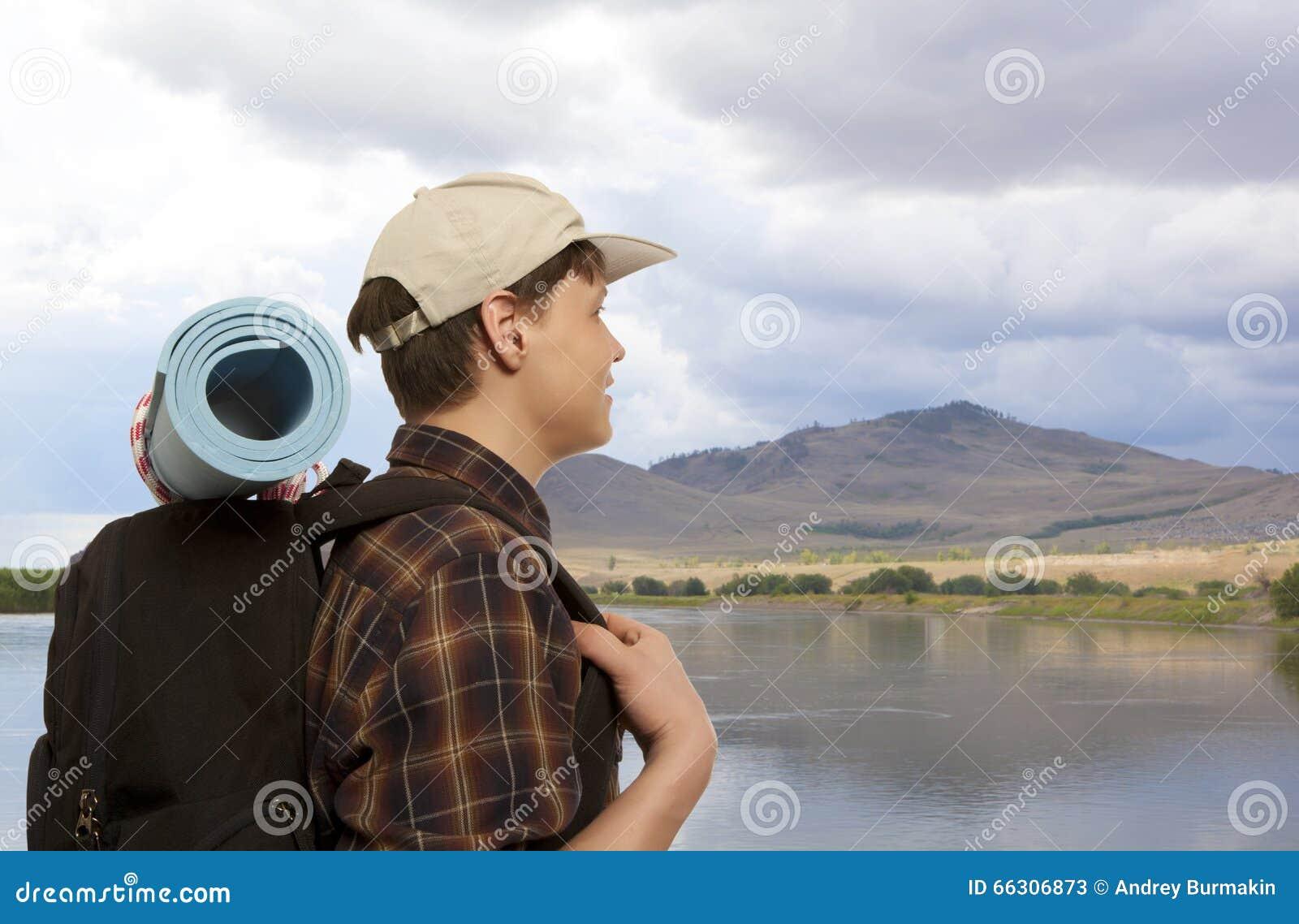 Hombre con una mochila del viaje