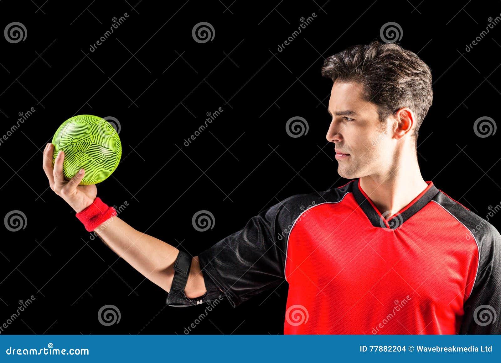 Hombre Confiado Del Atleta Que Sostiene Una Bola Foto de archivo