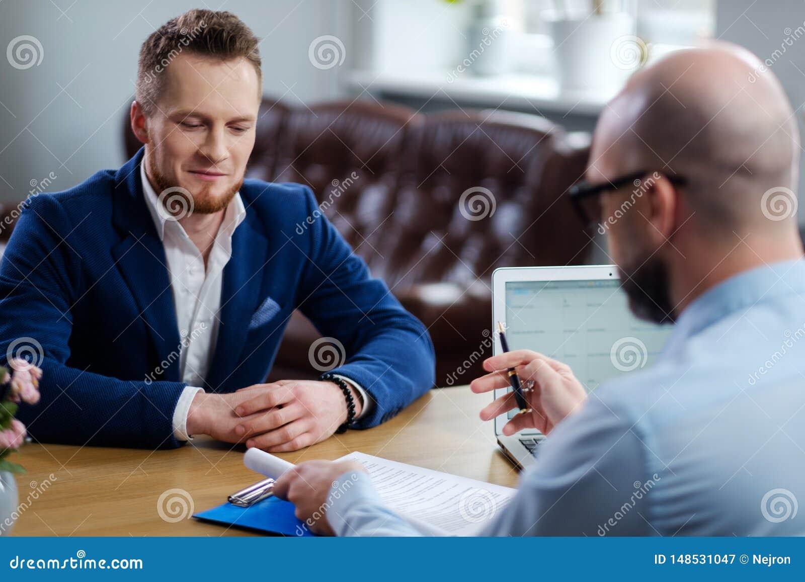 Hombre confiado que asiste a entrevista de trabajo