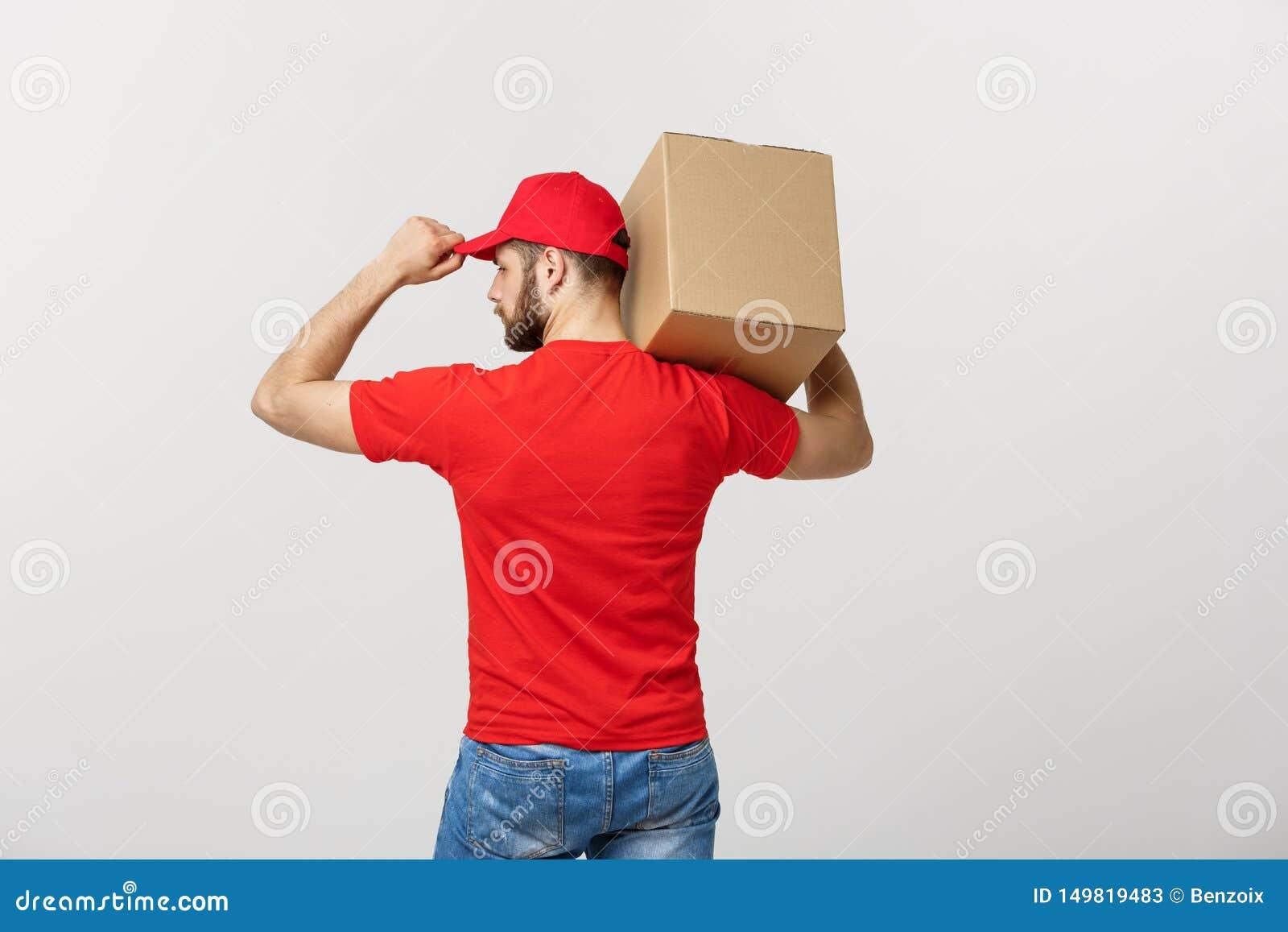 Hombre de entrega del retrato en casquillo con el funcionamiento rojo de la camiseta como el mensajero o distribuidor autorizado
