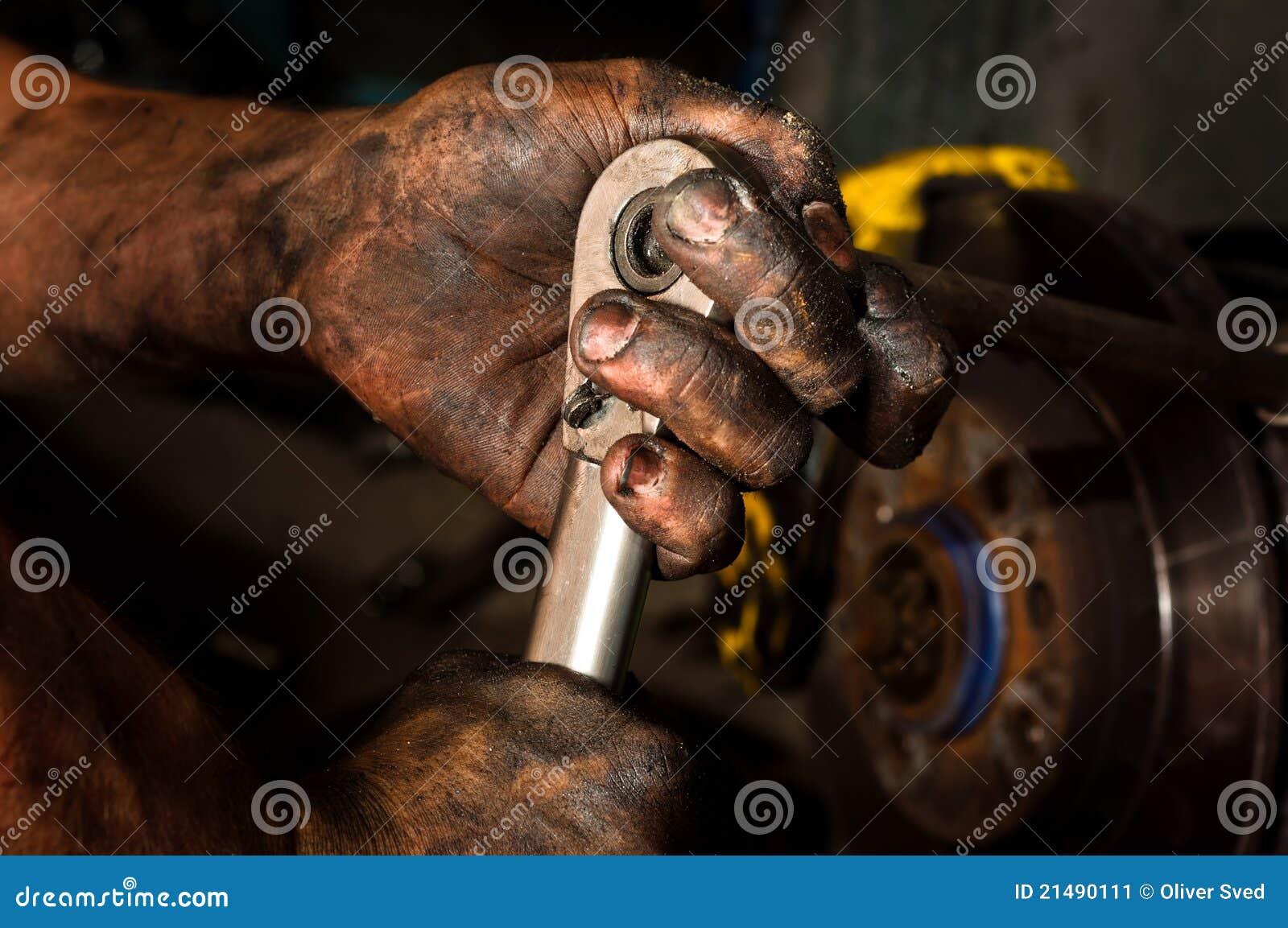 Hombre de funcionamiento duro con las manos