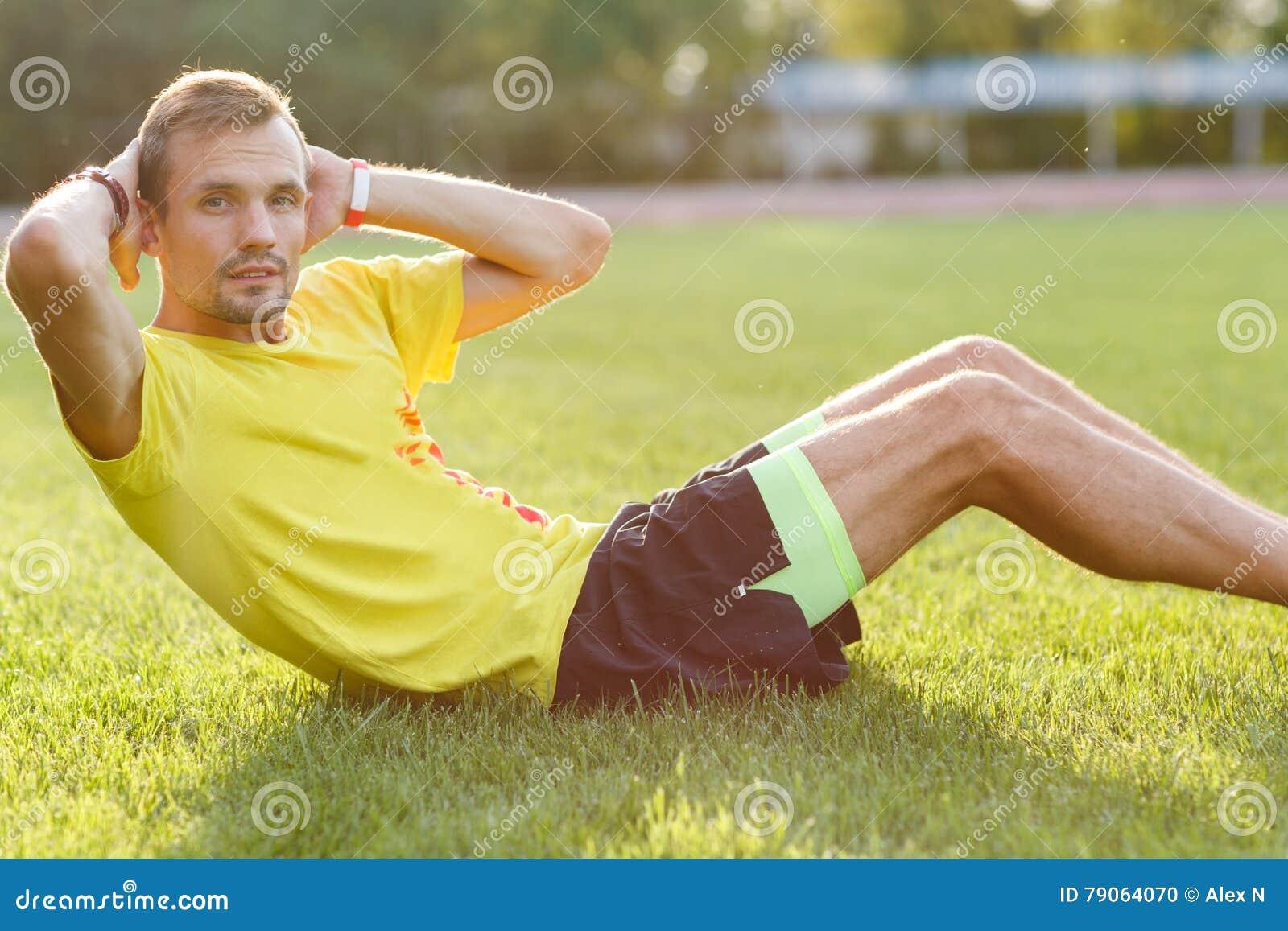 Hombre de la aptitud que hace sentar-UPS que ejercita para sus músculos abdominales