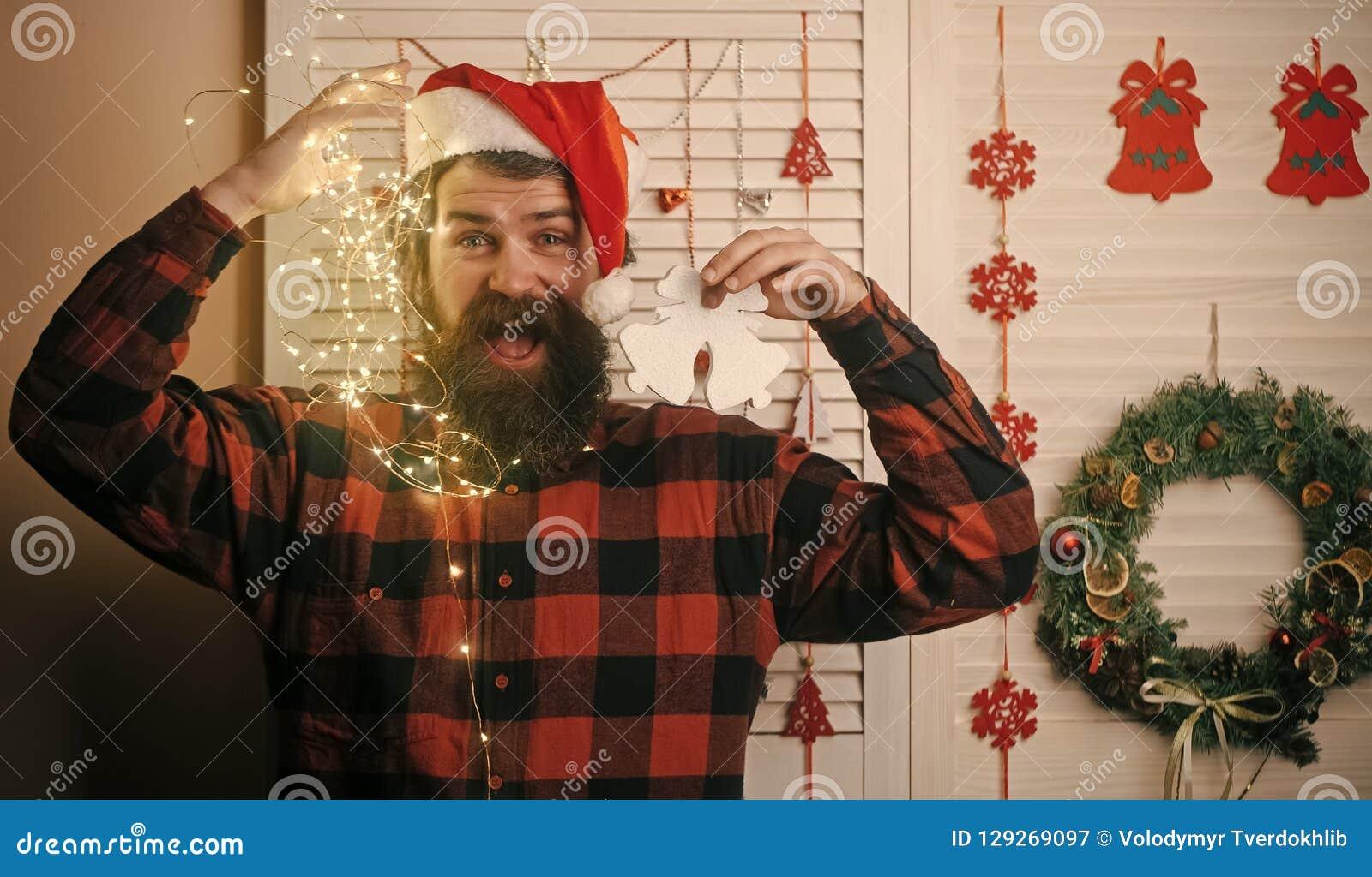 Hombre de la Navidad con la barba en cara y la guirnalda felices