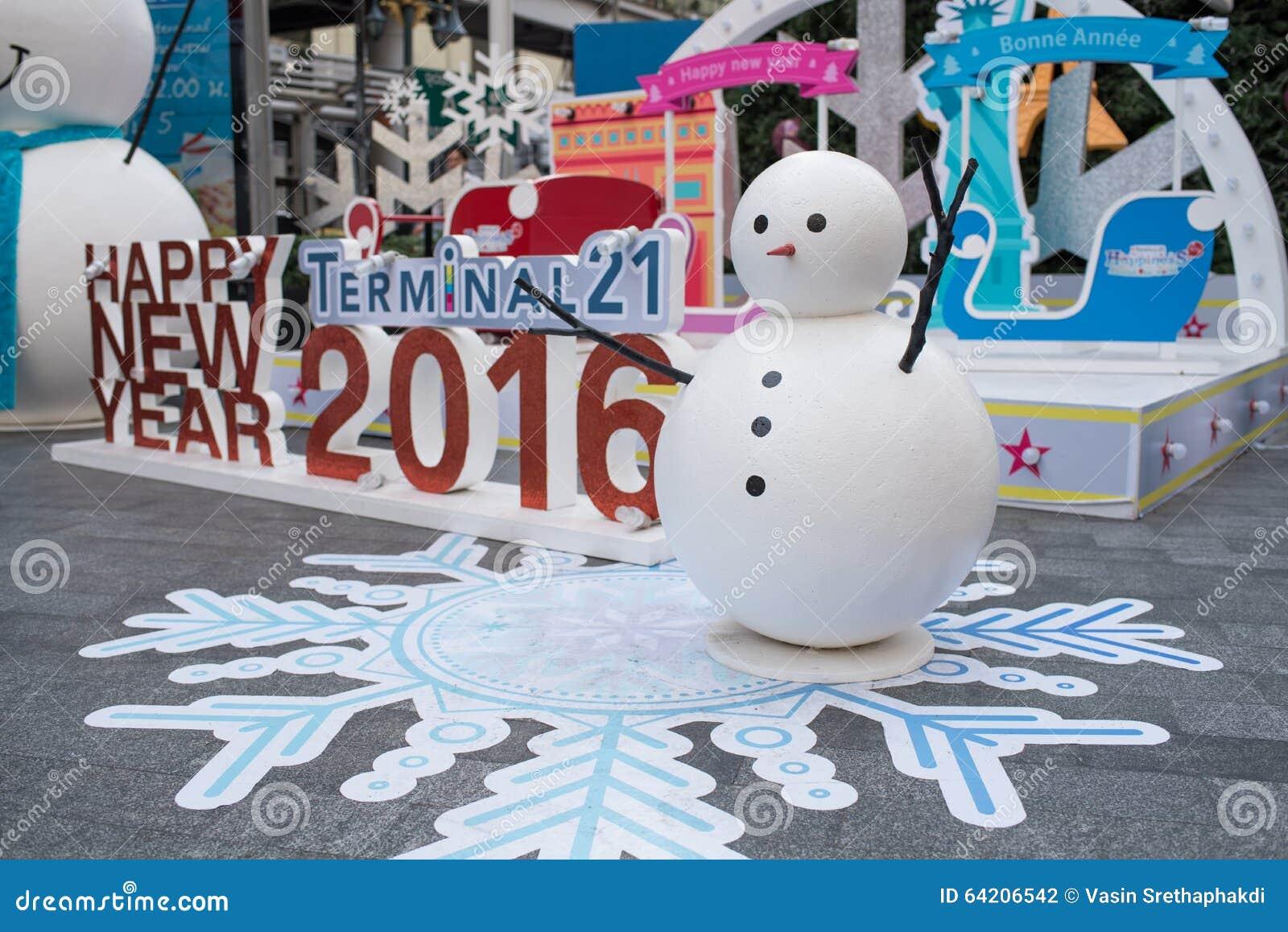 Hombre de la nieve de los grandes almacenes del terminal 21 que adorna para la Navidad y la celebración 2016 del Año Nuevo