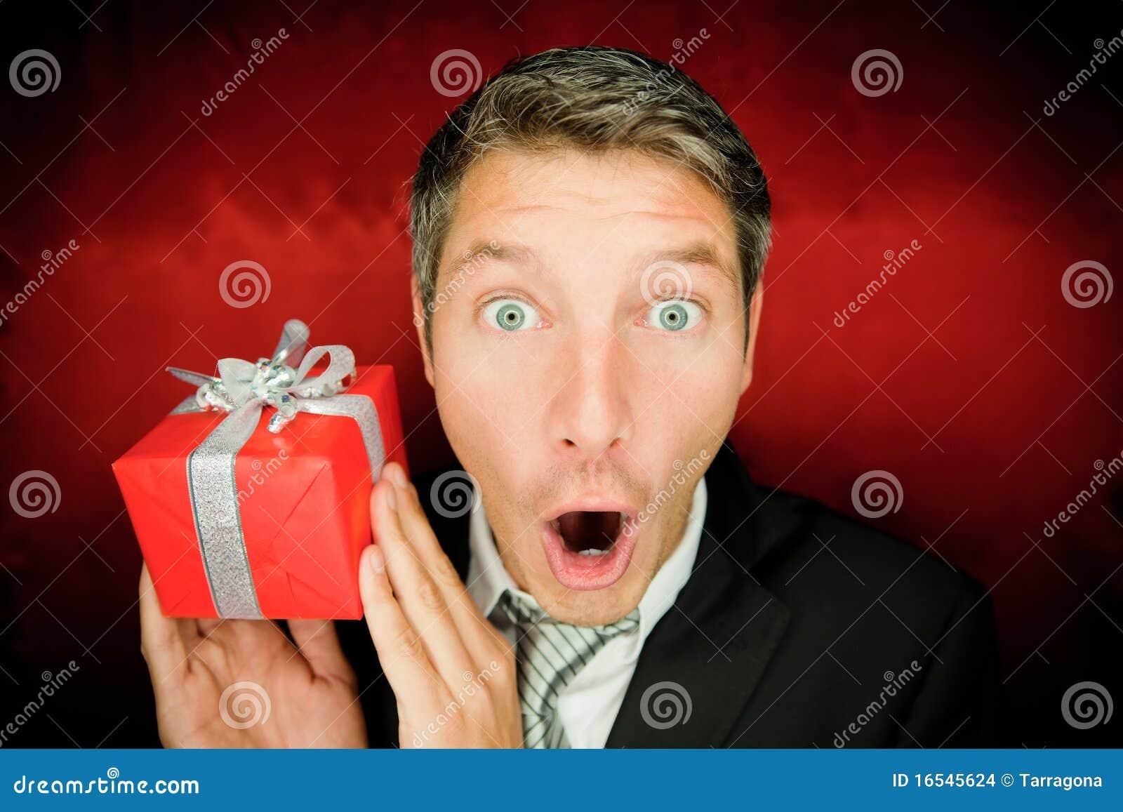 Hombre de la sorpresa con el regalo