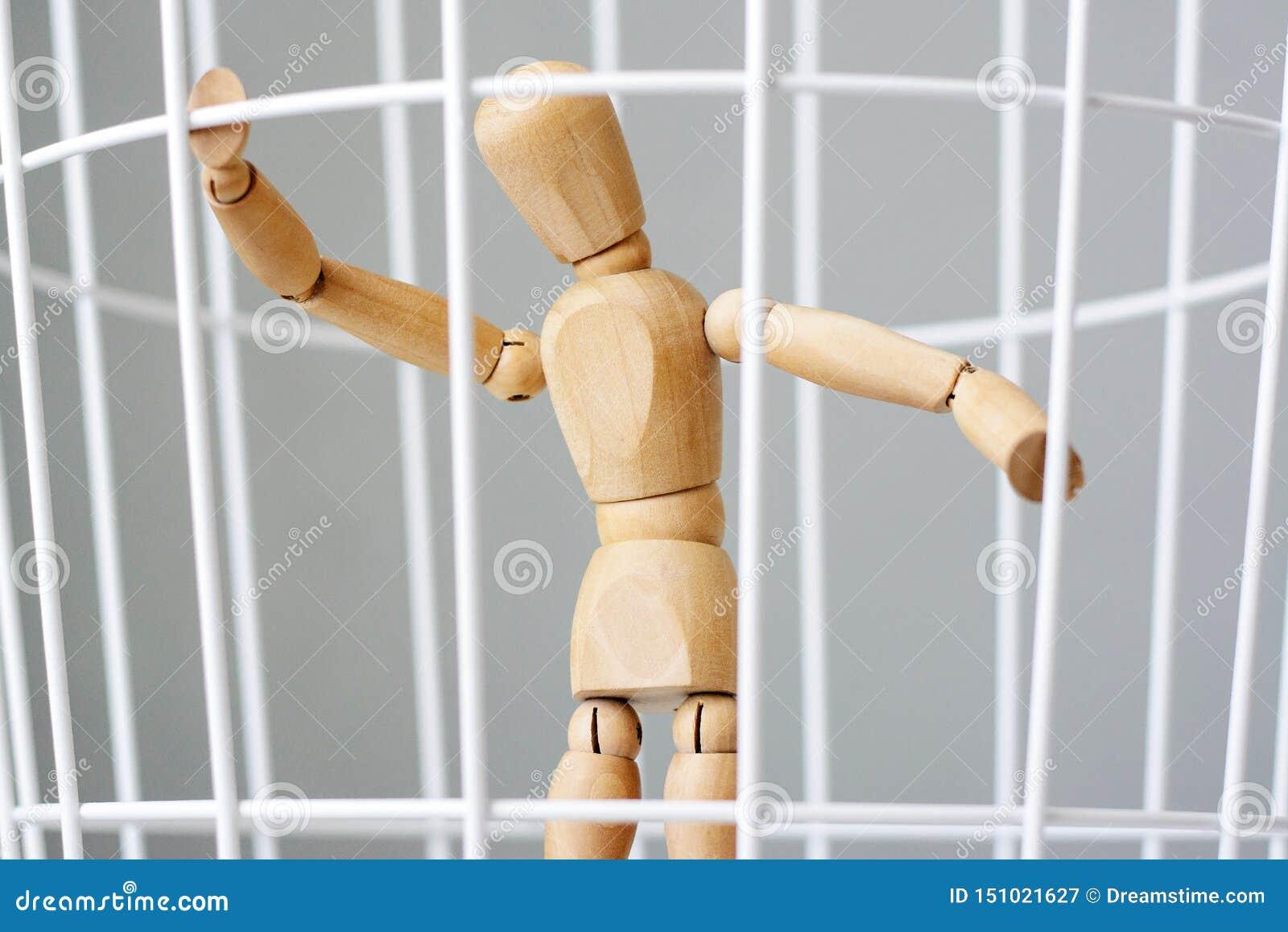 Hombre de madera en una jaula