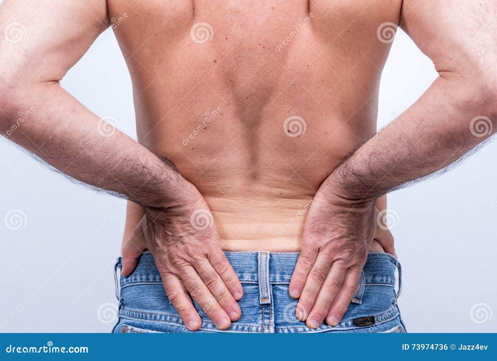 Hombre de mediana edad con dolor severo en la región lumbar