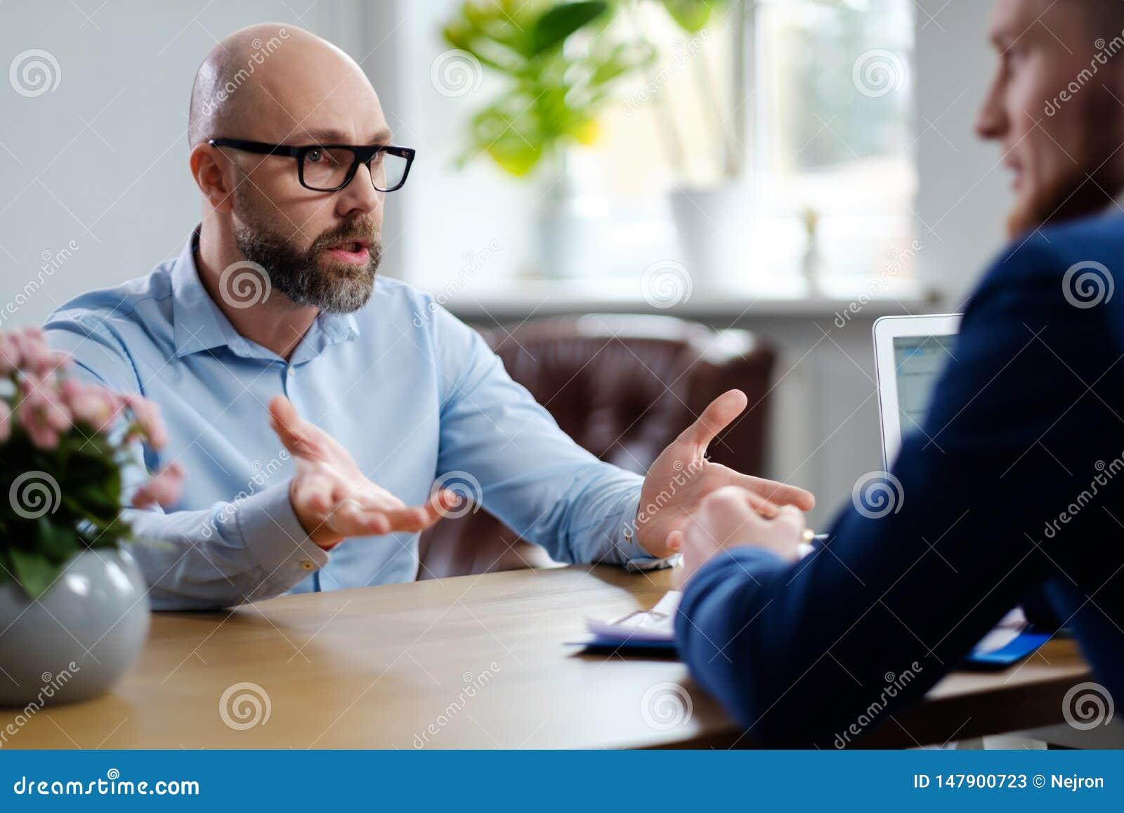Hombre de mediana edad que asiste a entrevista de trabajo