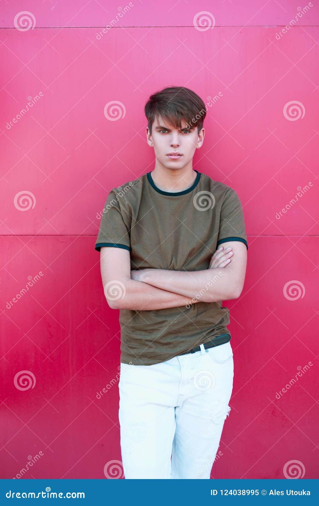 Hombre De Moda Hermoso En Una Camiseta Clasica Y Pantalones Blancos Imagen De Archivo Imagen De Blancos Clasica 124038995