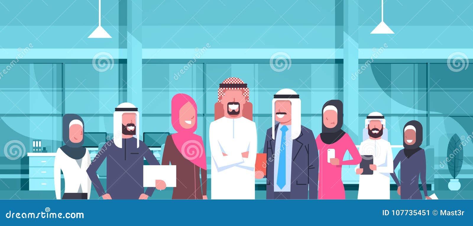 Hombre de negocios árabe Boss With Team Of Arabic Business People en la oficina moderna que lleva a empleados tradicionales del á