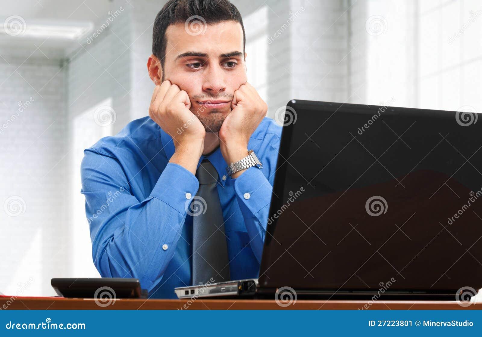 Hombre de negocios aburrido