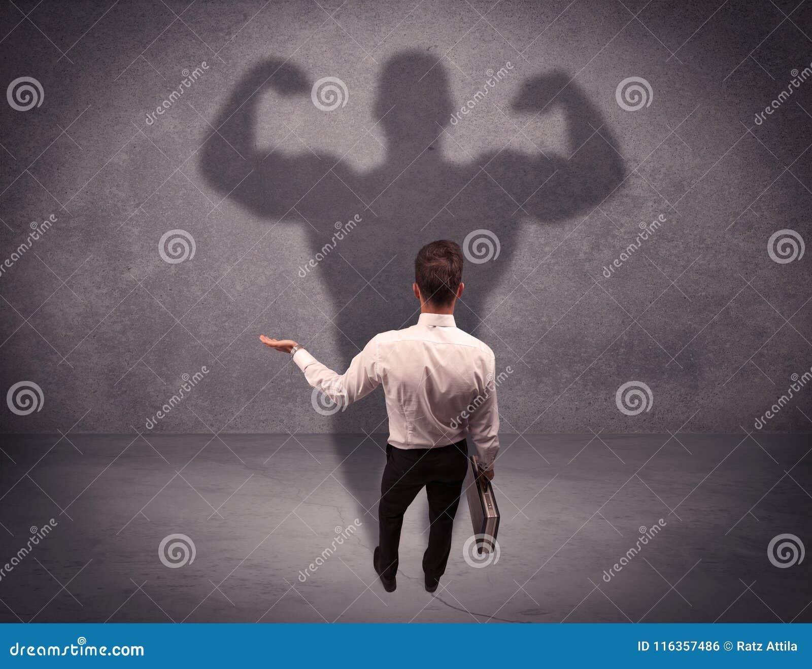 Hombre de negocios acertado con la sombra fuerte