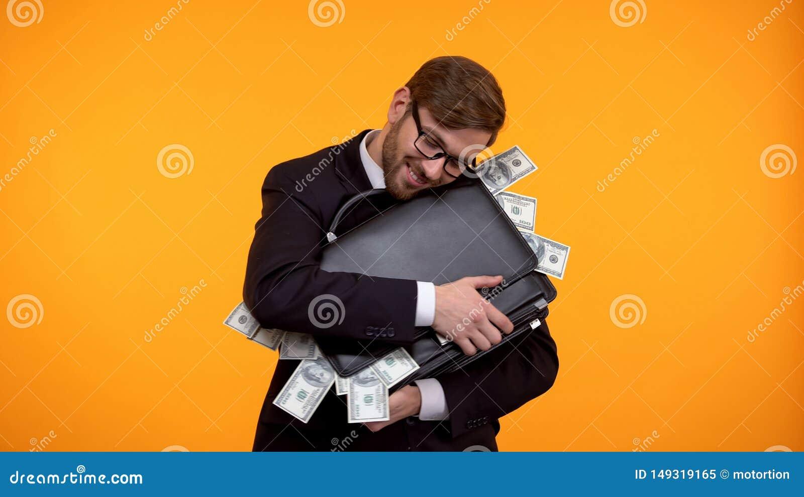 Hombre de negocios acertado que abraza la cartera por completo de los billetes de banco del d?lar, salud