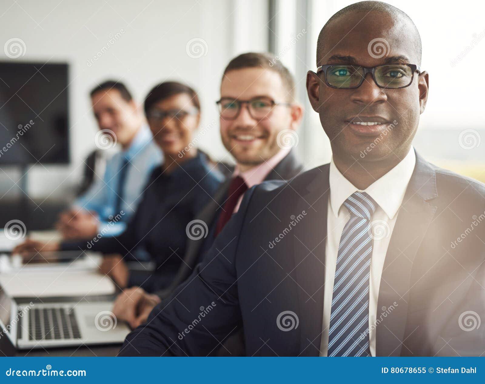 Hombre de negocios africano confiado amistoso