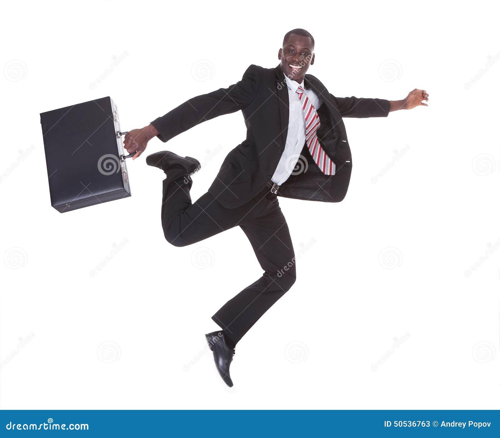 Hombre de negocios africano que corre sosteniendo la cartera