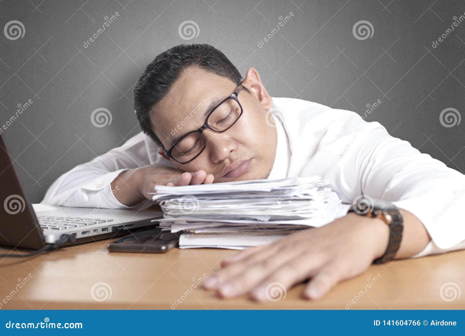 Hombre de negocios asiático soñoliento cansado Having Overworked