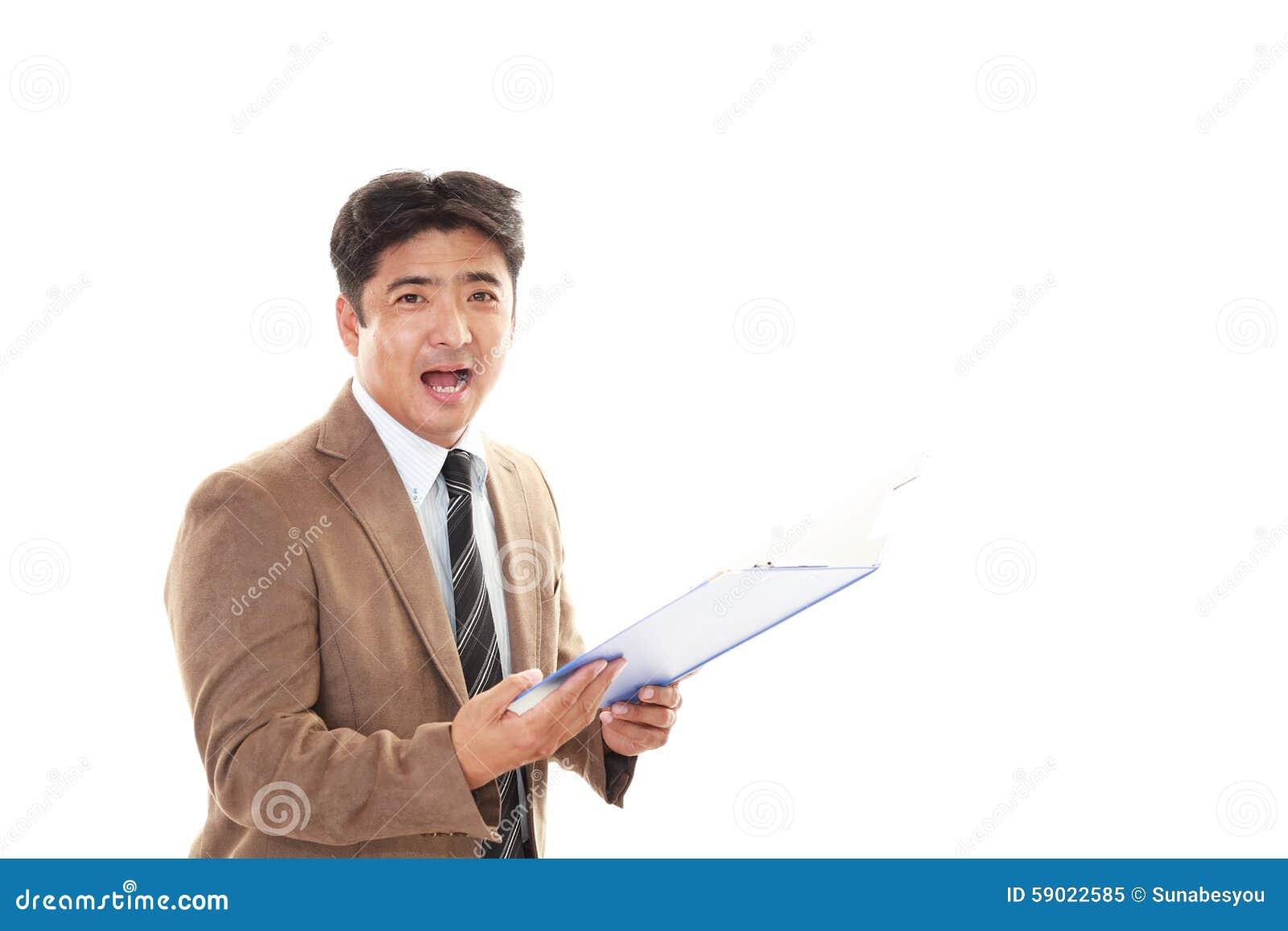 Hombre de negocios asiático sonriente