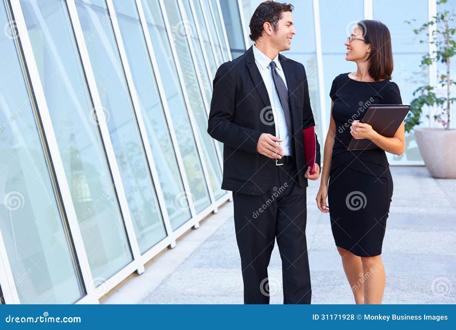 Hombre de negocios And Businesswomen Walking fuera de la oficina