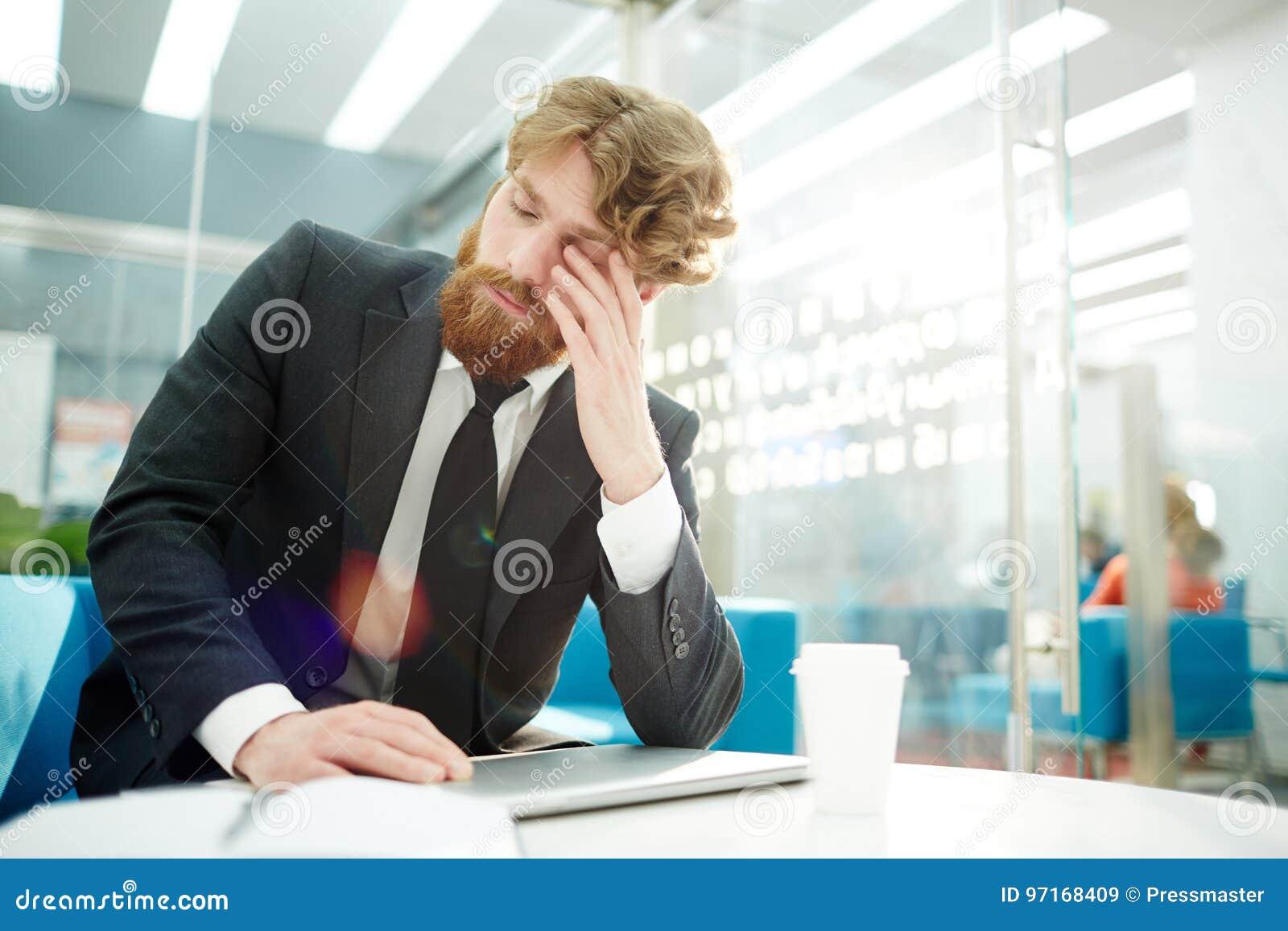Hombre de negocios cansado Finishing Work en oficina