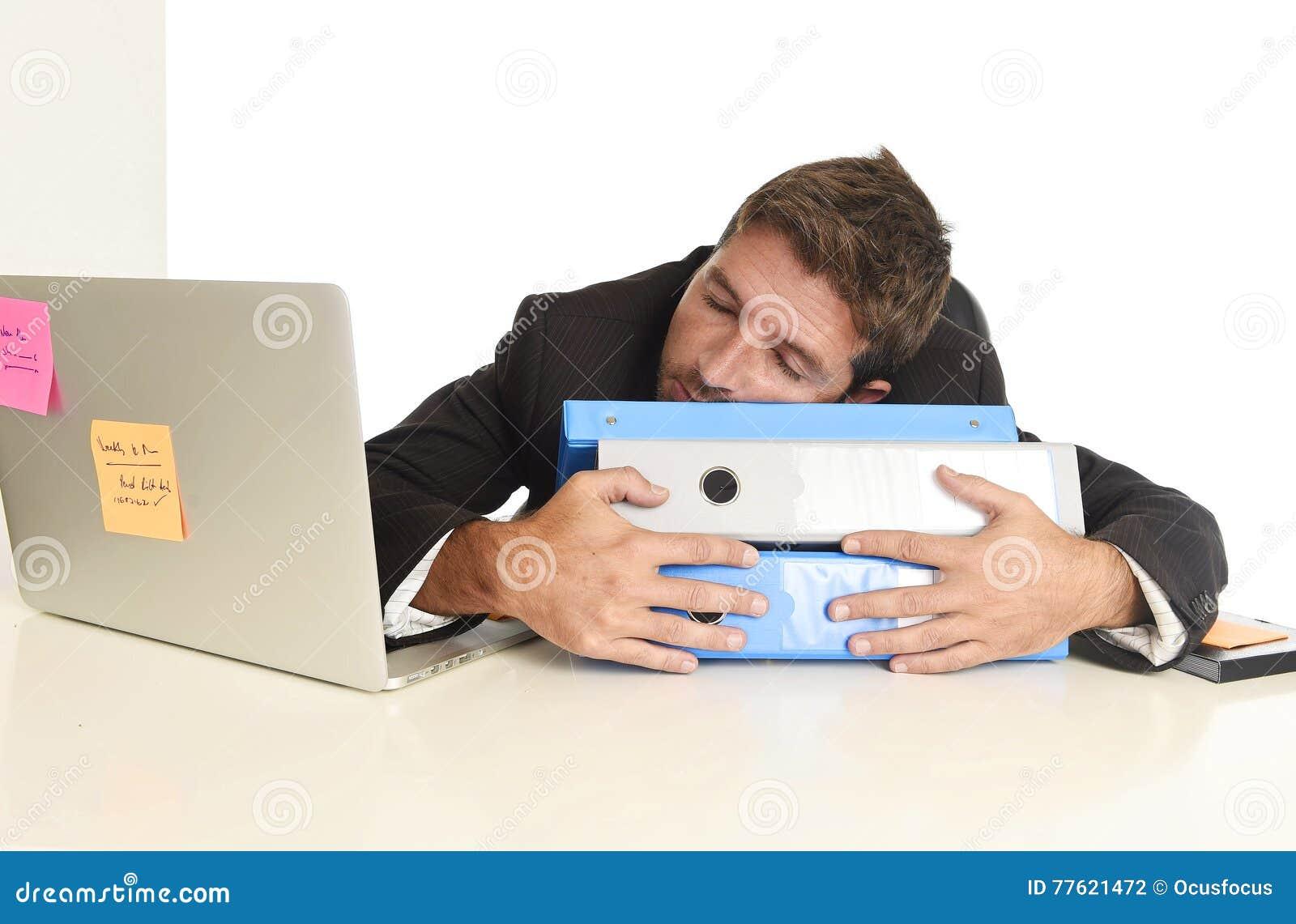 Hombre de negocios cansado y perdido joven que trabaja en la tensión en dormir del ordenador portátil de la oficina agotado