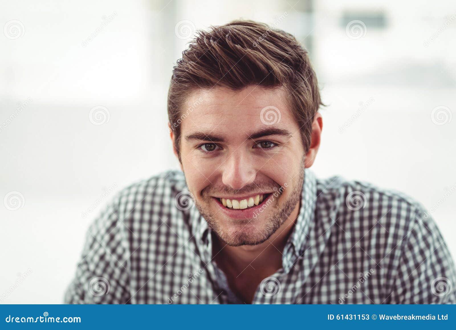 Hombre de negocios casual sonriente