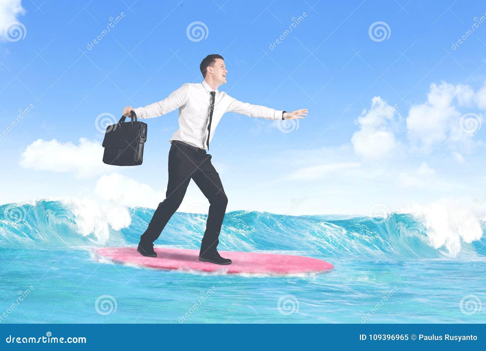 Hombre de negocios caucásico despreocupado que practica surf