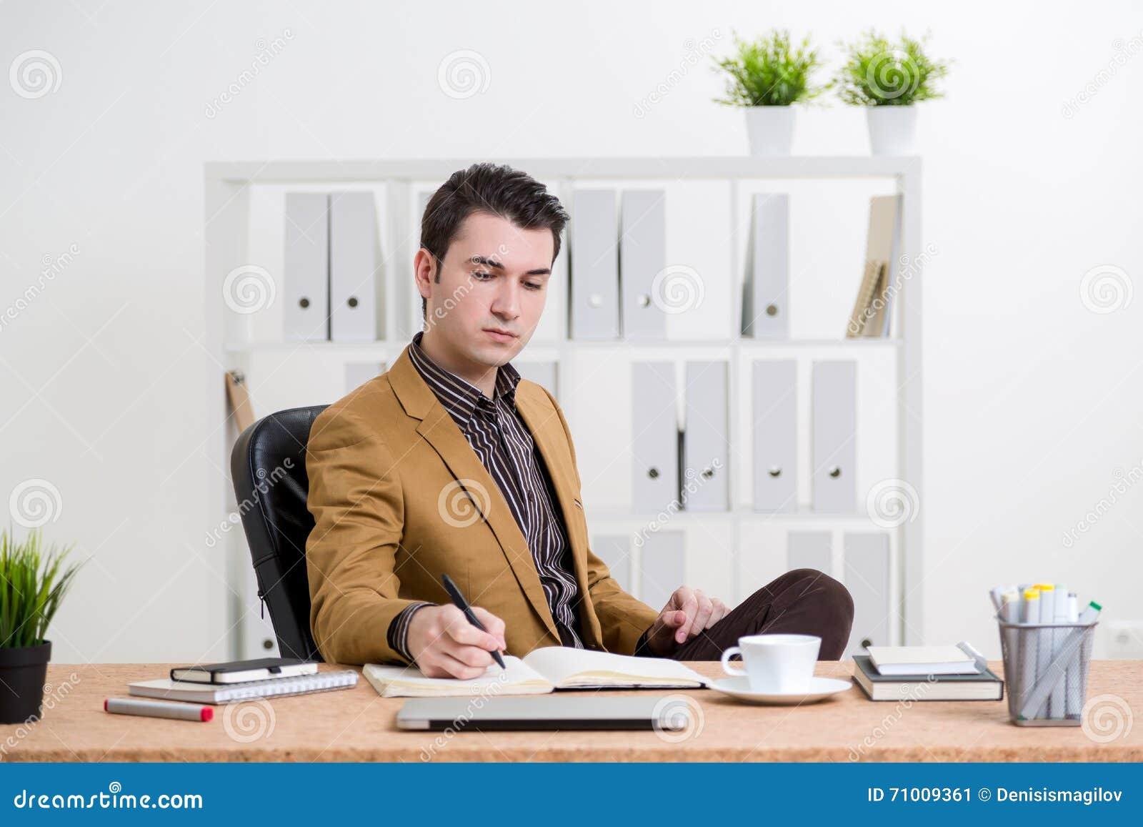 Hombre de negocios caucásico que refleja