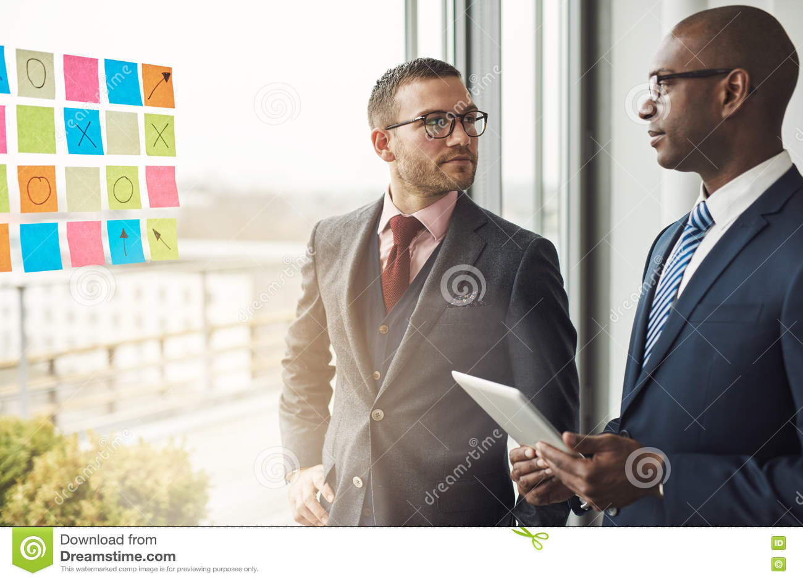 Hombre de negocios caucásico y africano en una reunión