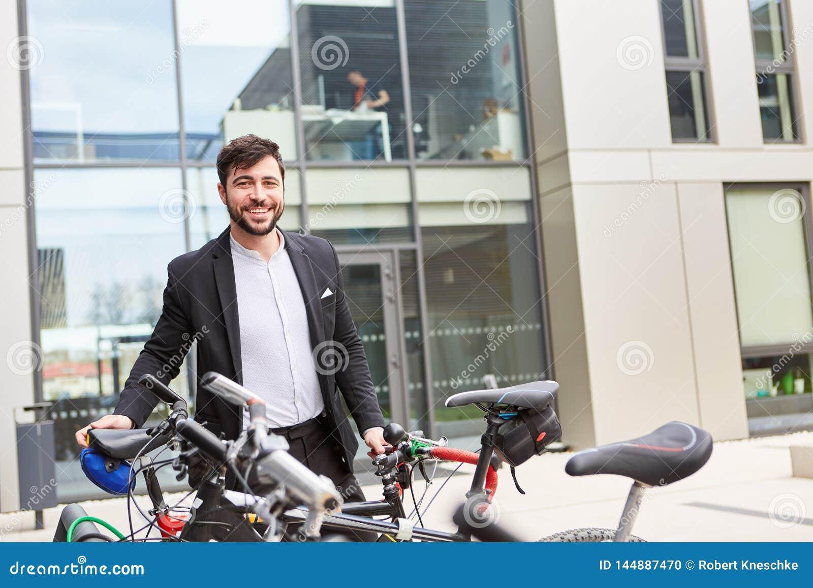 Hombre de negocios como ciclista clima-amistoso