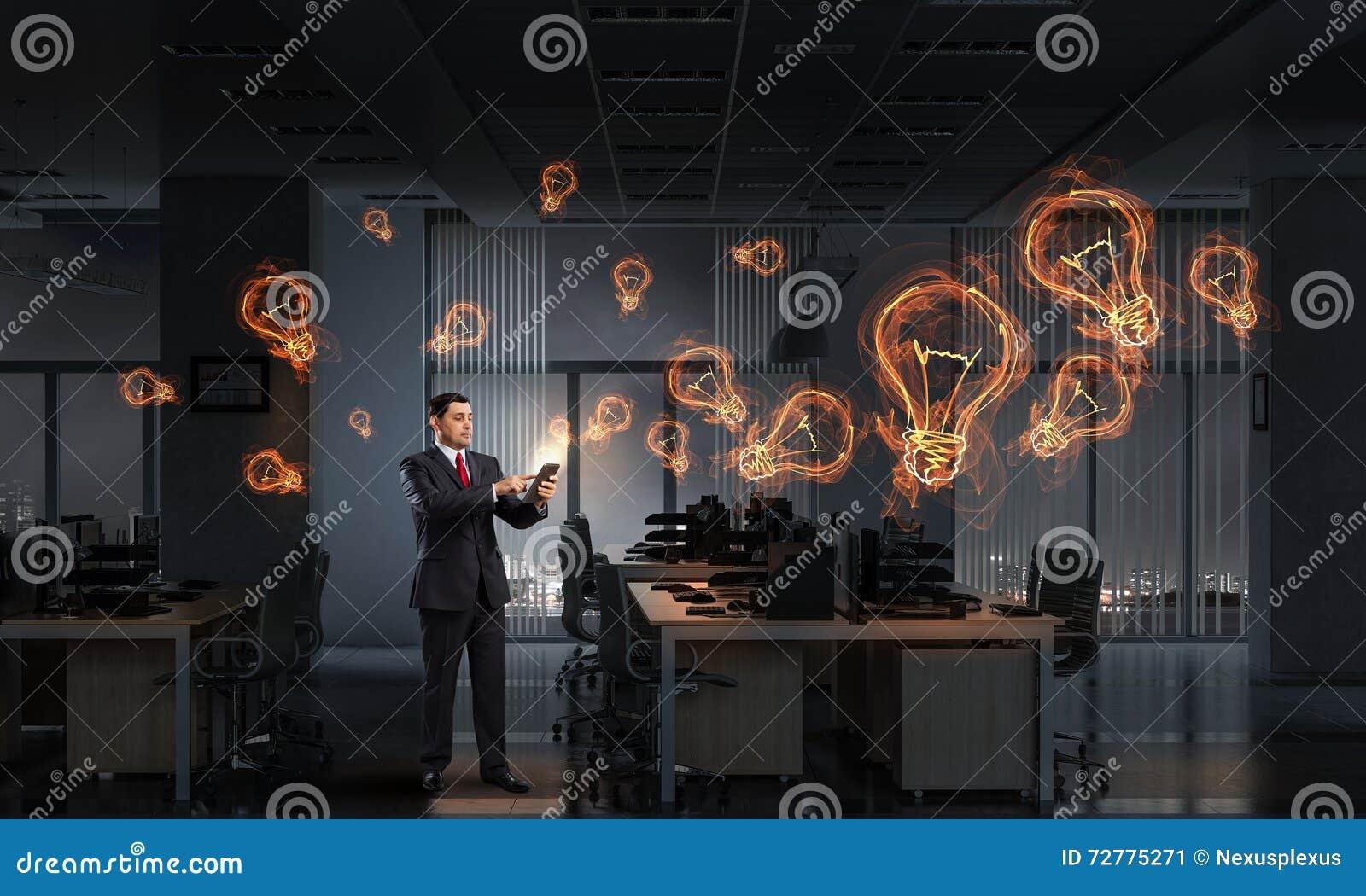 Hombre de negocios con el dispositivo de la tableta en manos