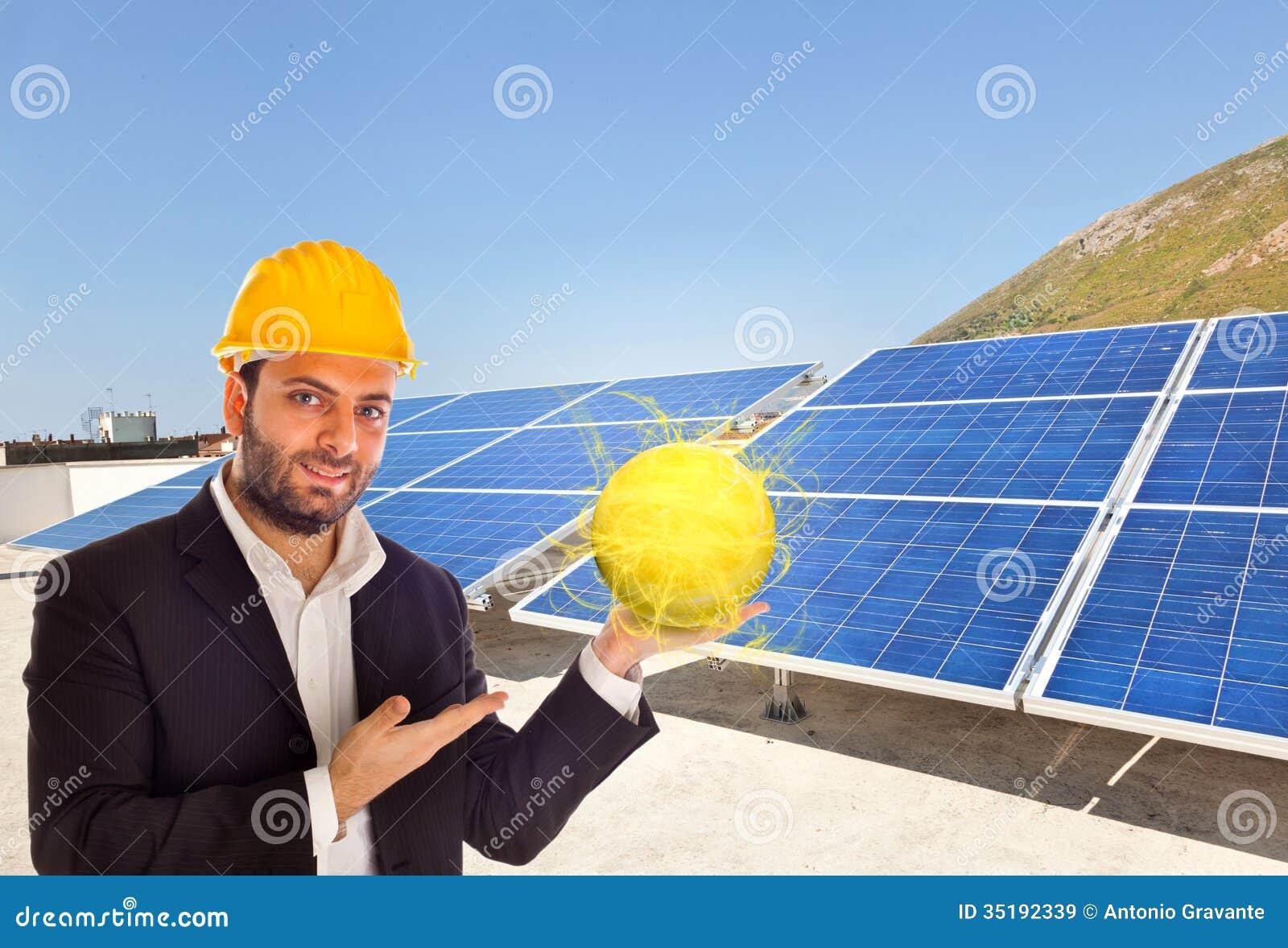 Hombre de negocios con el panel solar