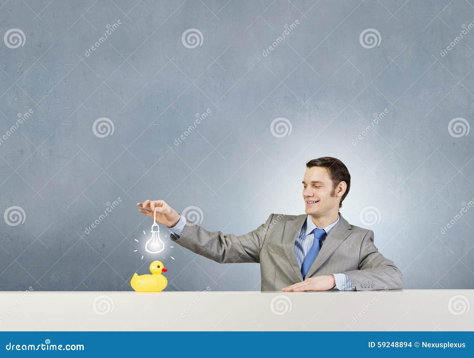 Hombre de negocios con el pato