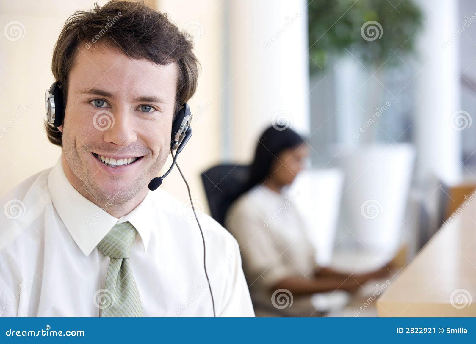 Hombre de negocios con el receptor de cabeza
