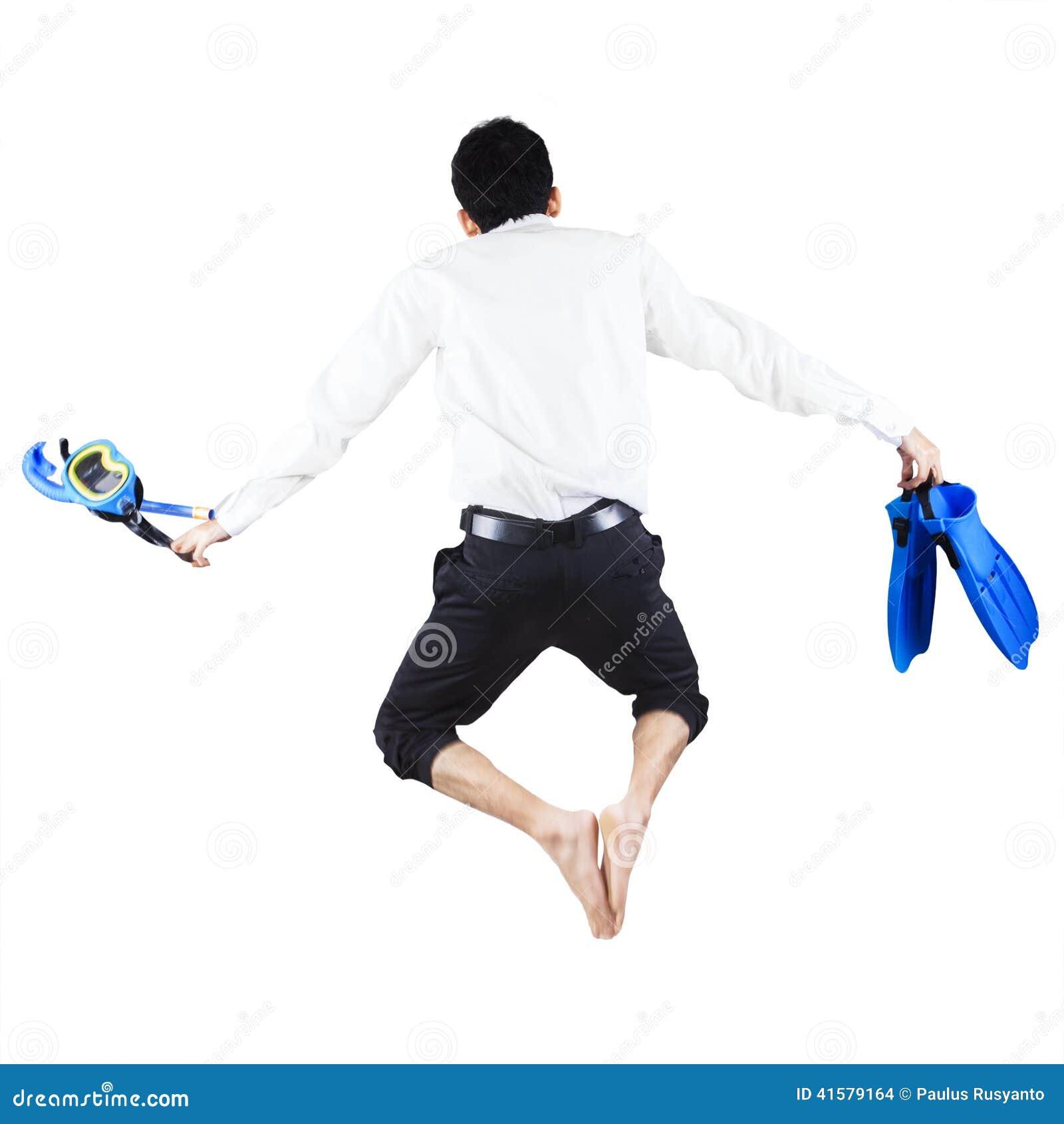 Hombre de negocios con el salto del engranaje que bucea