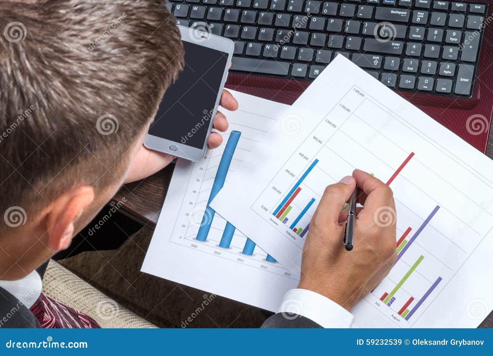 Download Hombre De Negocios Con El Teléfono Que Estudia Cartas Imagen de archivo - Imagen de caucásico, móvil: 59232539