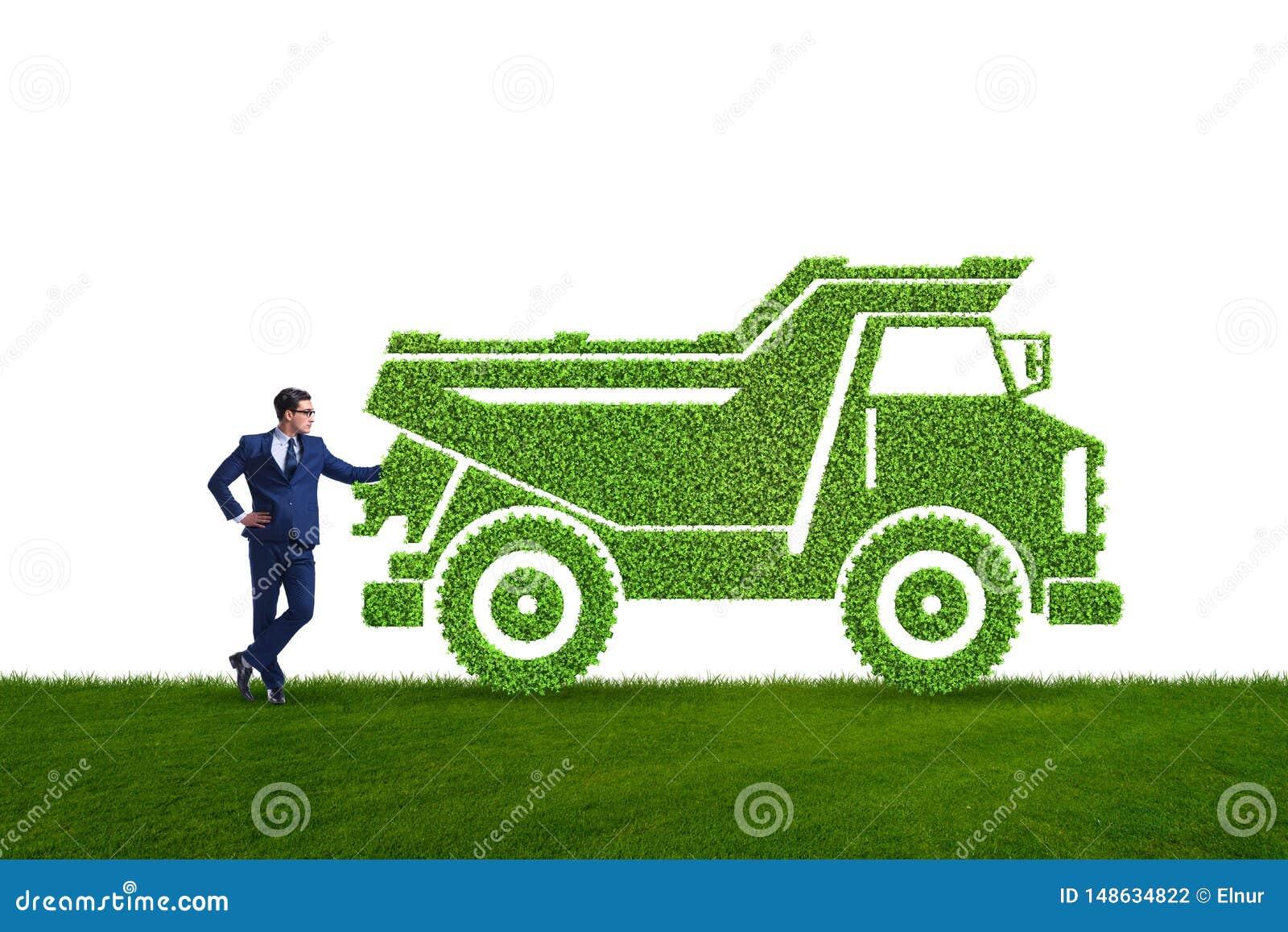 Hombre de negocios con el veh?culo ecol?gico verde