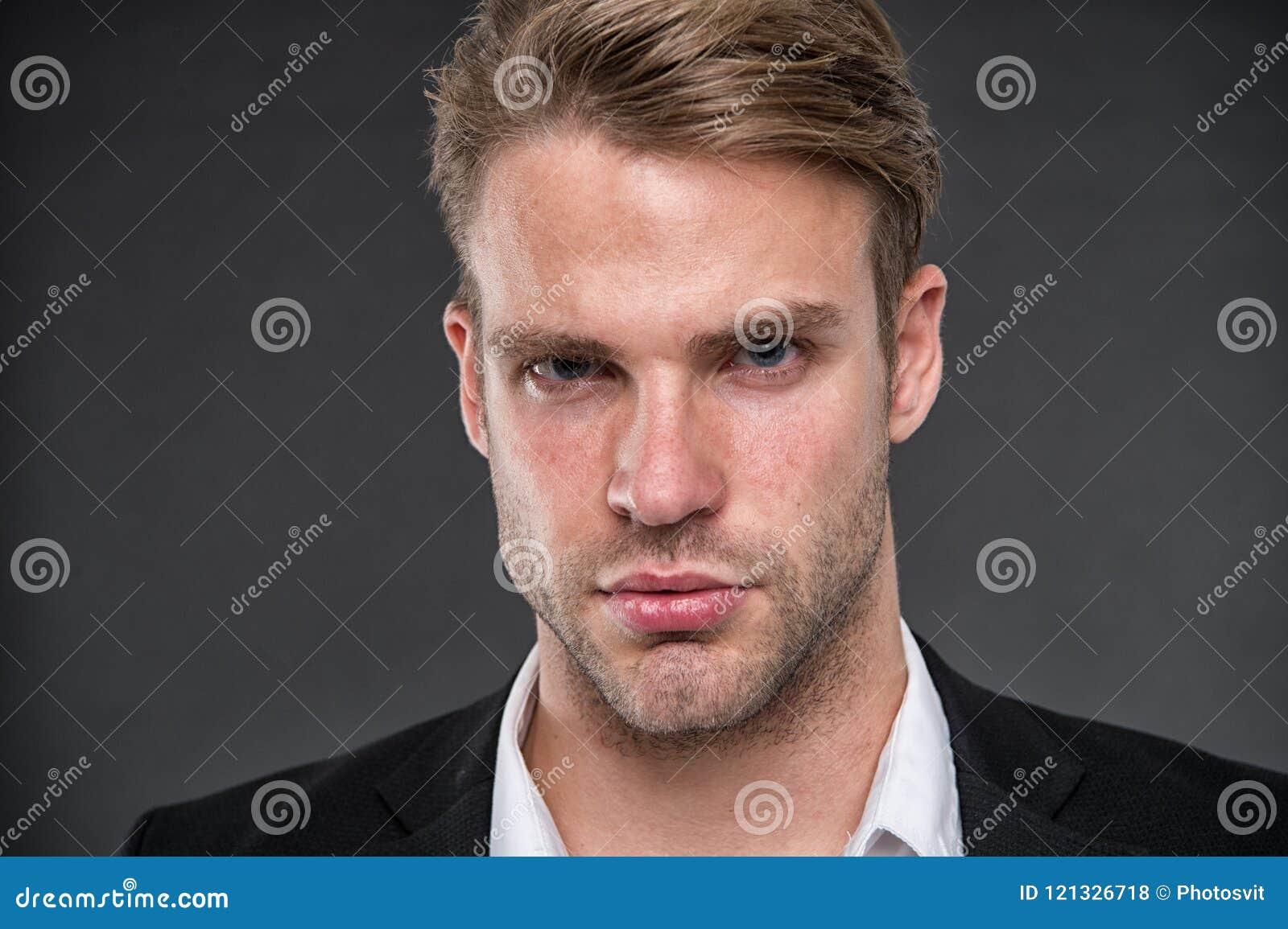 Hombre Hombre de negocios con la cara seria el hombre de negocios tiene mirada confiada retrato del negocio del hombre Confianza