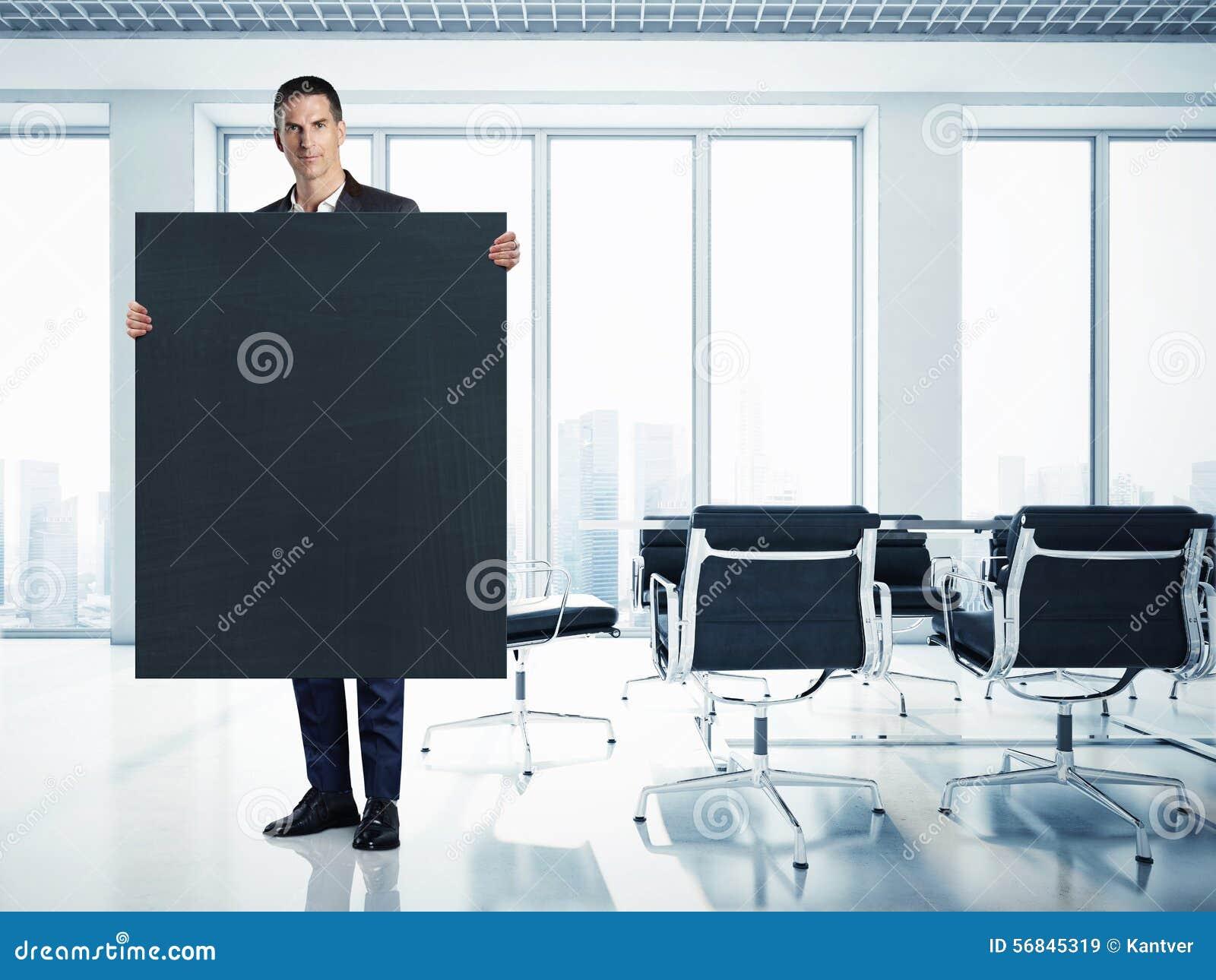 Hombre de negocios con la lona negra