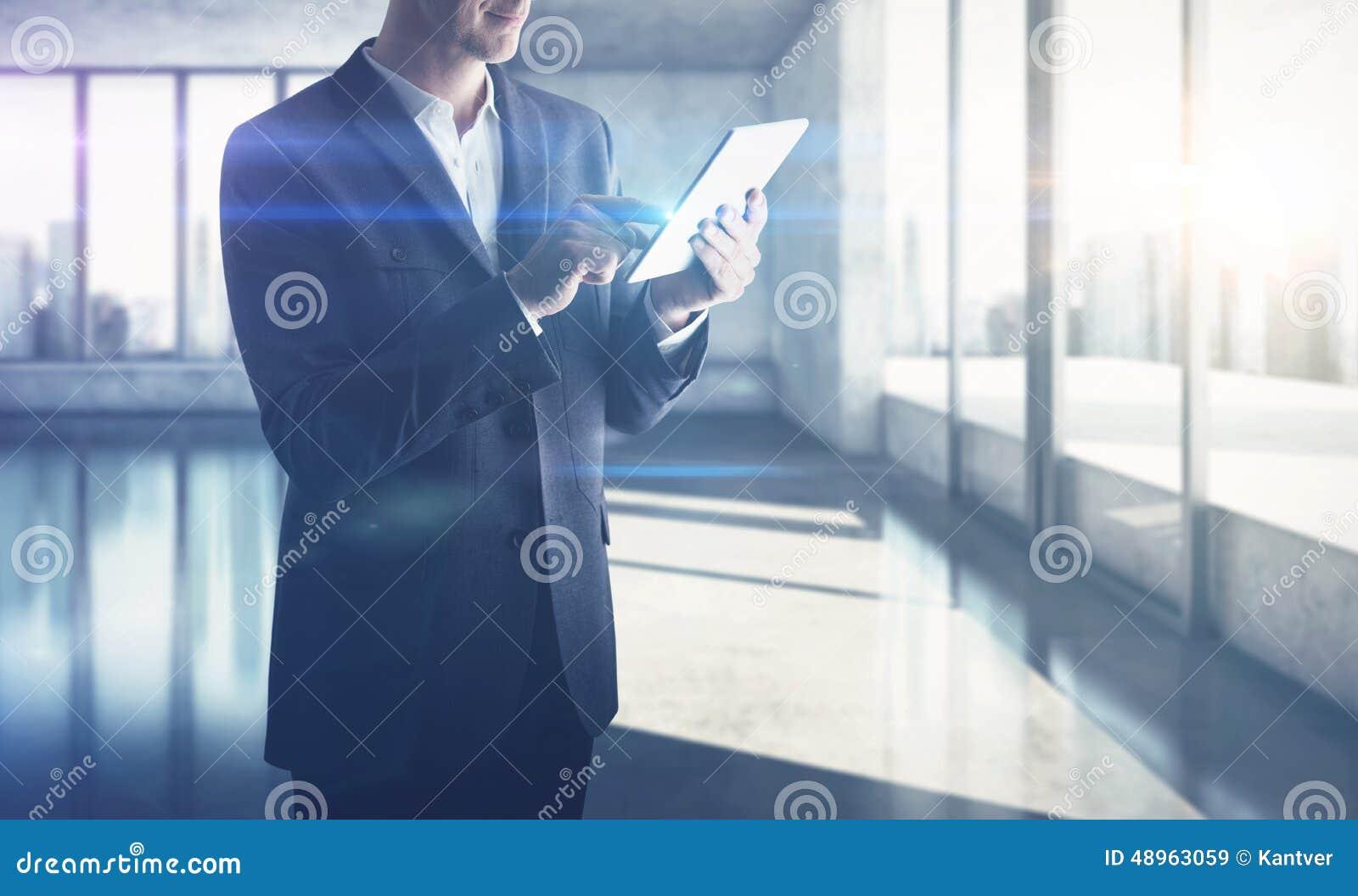 Hombre de negocios con la tablilla digital