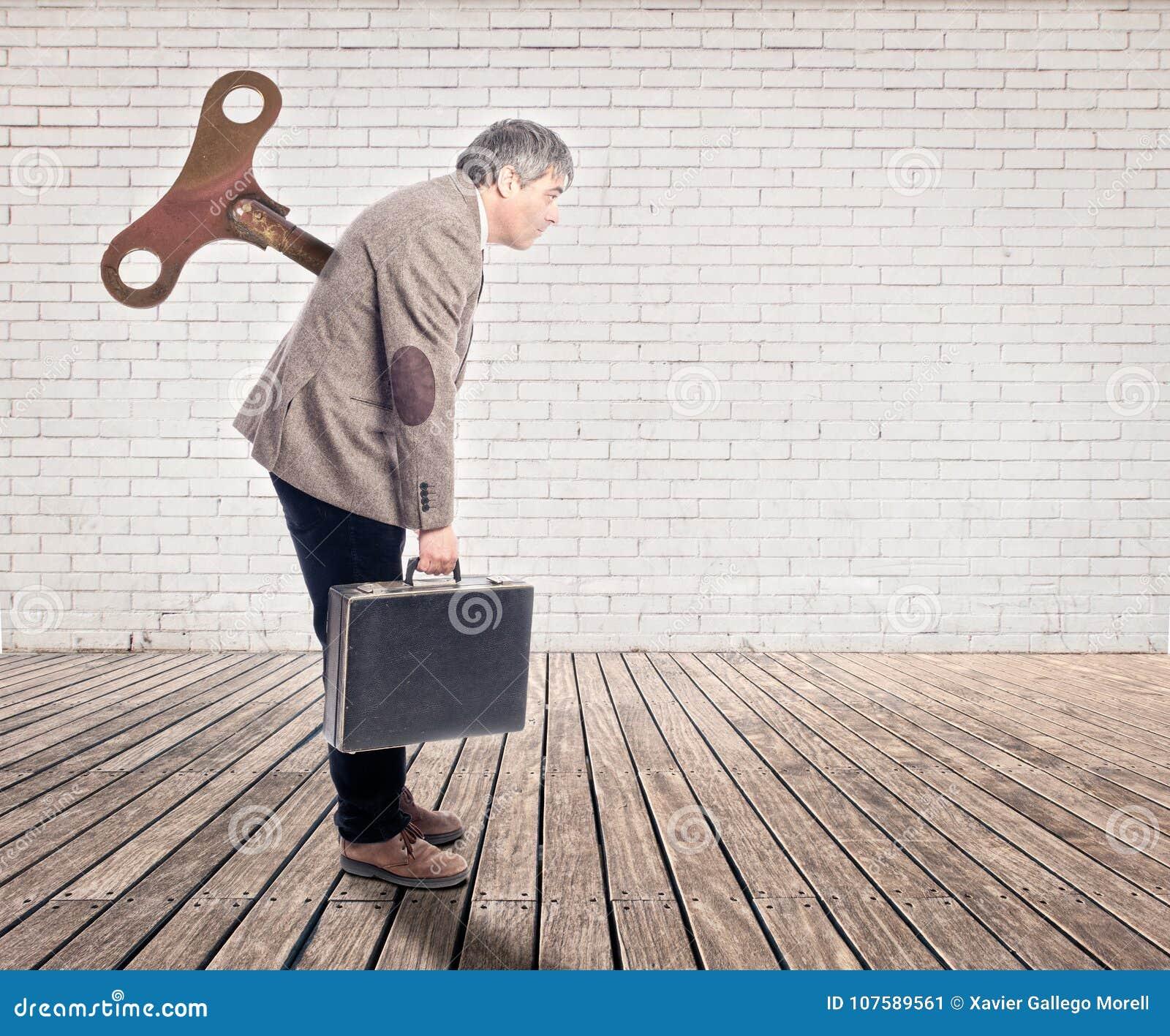 Hombre de negocios con un viento encima de la llave