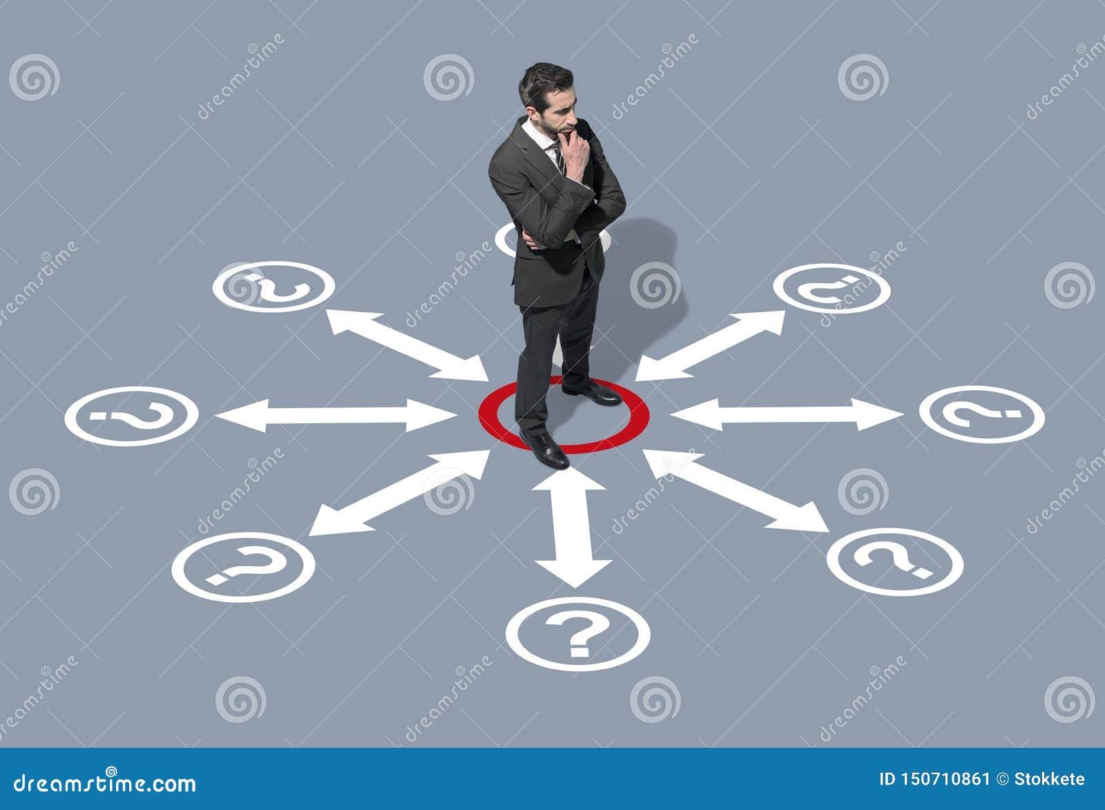 Hombre de negocios corporativo que piensa en estrategias empresariales