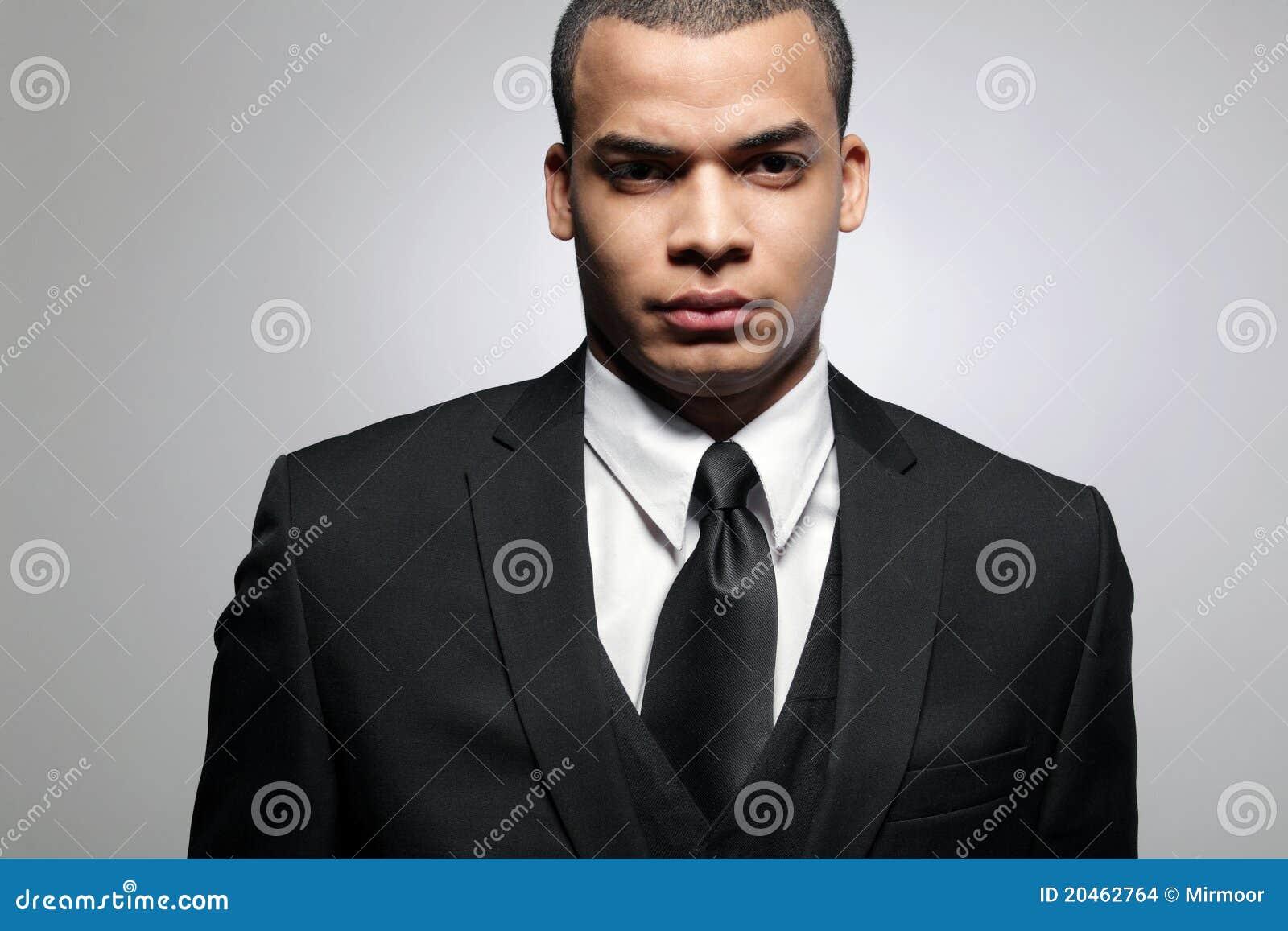 Hombre de negocios del African-American en juego negro.