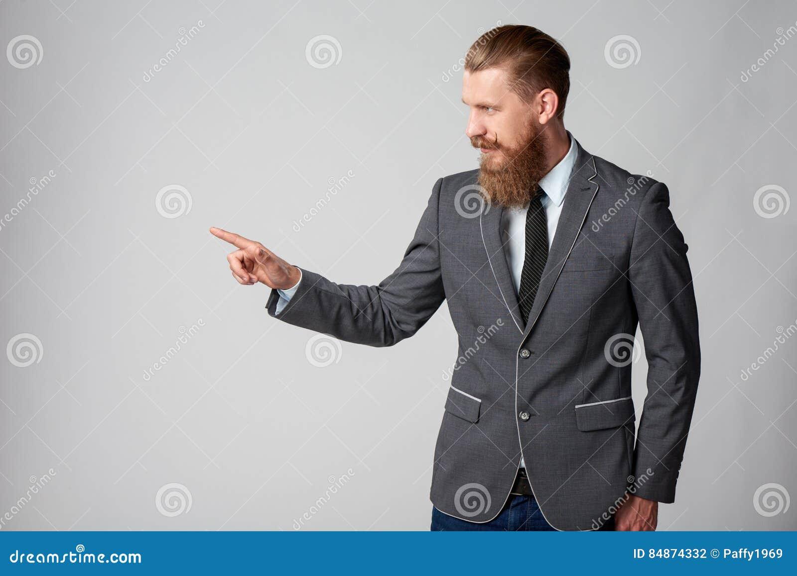 Hombre de negocios del inconformista que mira al lado
