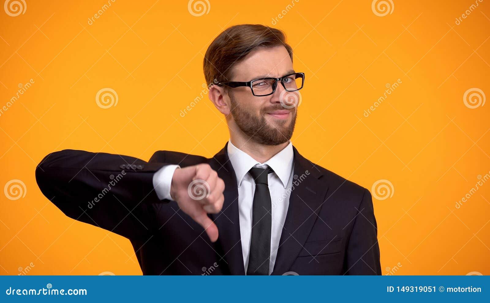Hombre de negocios del trastorno que muestra los pulgares abajo, inversi?n improductiva, desempleo