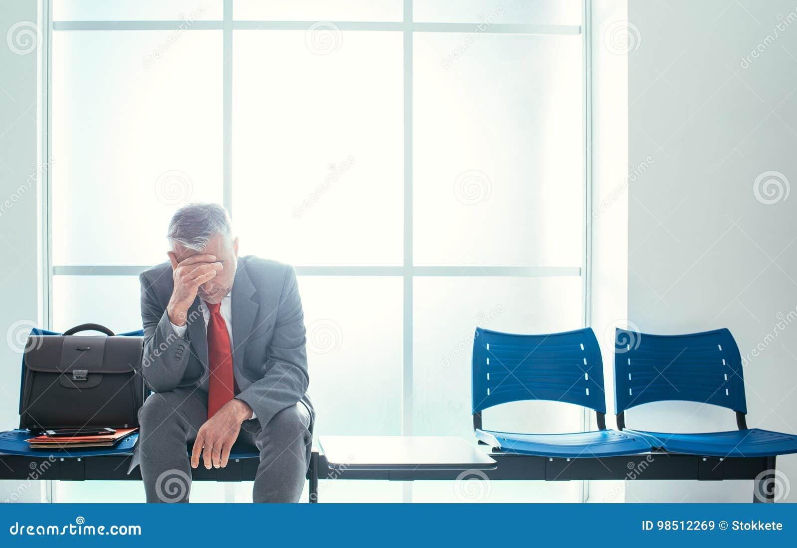 Hombre de negocios deprimido en la sala de espera