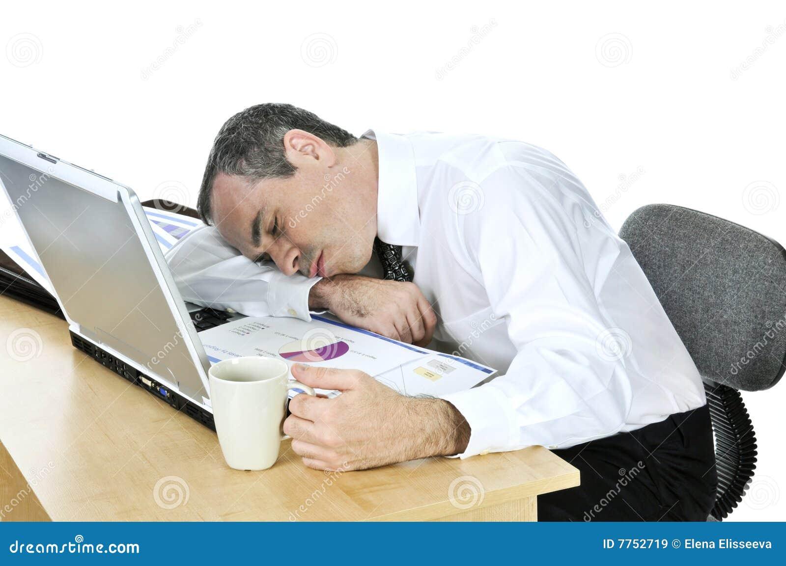 Un usuario destacado Hombre-de-negocios-dormido-en-su-escritorio-en-el-fondo-blanco-7752719