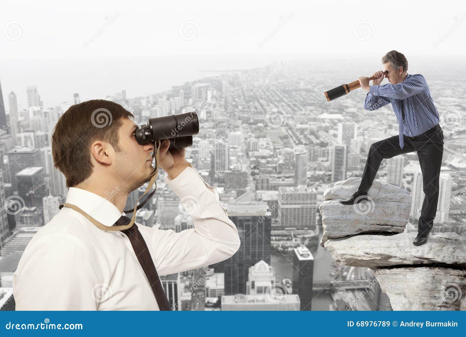 Hombre de negocios dos con los prismáticos