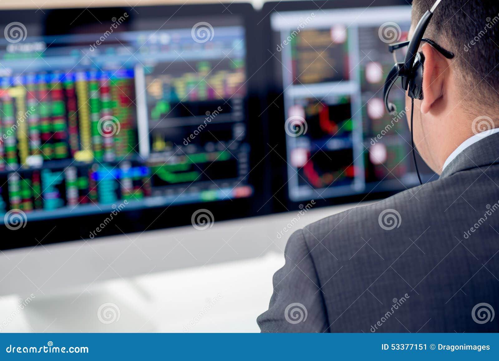 Hombre de negocios en auriculares